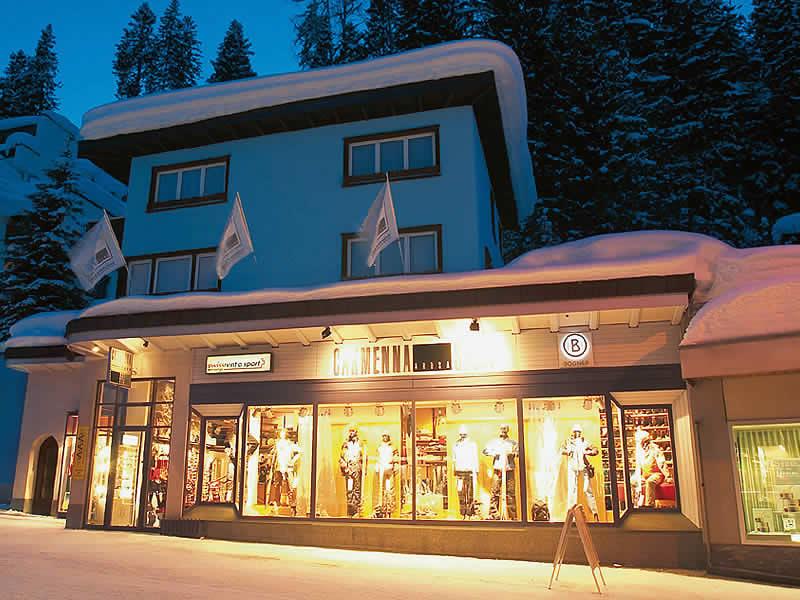Ski hire shop Carmenna Sport in Äussere Poststrasse, Arosa
